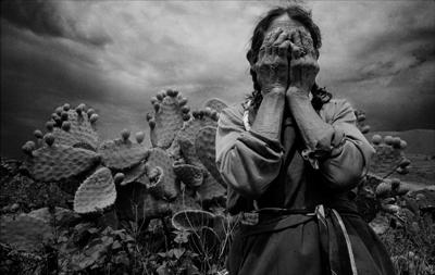 """MÉXICO, D.F., 29MAYO2009.- El fotógrafo mexicano, Marco Antonio Cruz, resultó ganador de The Grange Prize 2009, certamen único en su tipo donde el premio es determinado totalmente por el público. """"En la fotografía documental, dice Cruz, ganador de The Grange Prize 2009, hay que llegar al corazón de las cosas. Sin embargo, no todos tienen la capacidad, la mirada y el compromiso de profundizar en los temas sociales"""". Imágenes que forman parte del ensayo """"Oscuridad Habitada"""" con el cual se hizo acreedor a este reconocimiento. FOTO: MARCO ANTONIO CRUZ/CUARTOSCURO.COM"""